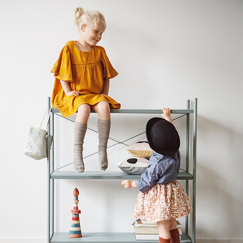 Фотография детей и полочек в скандинавском стиле