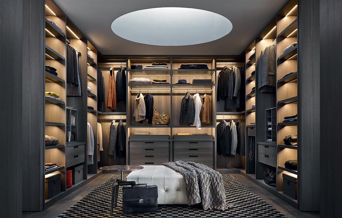 Фотография огромной гардеробной комнаты фирмы полиформ