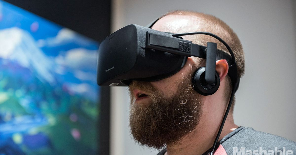 Мужчина погружен в виртуальную реальность