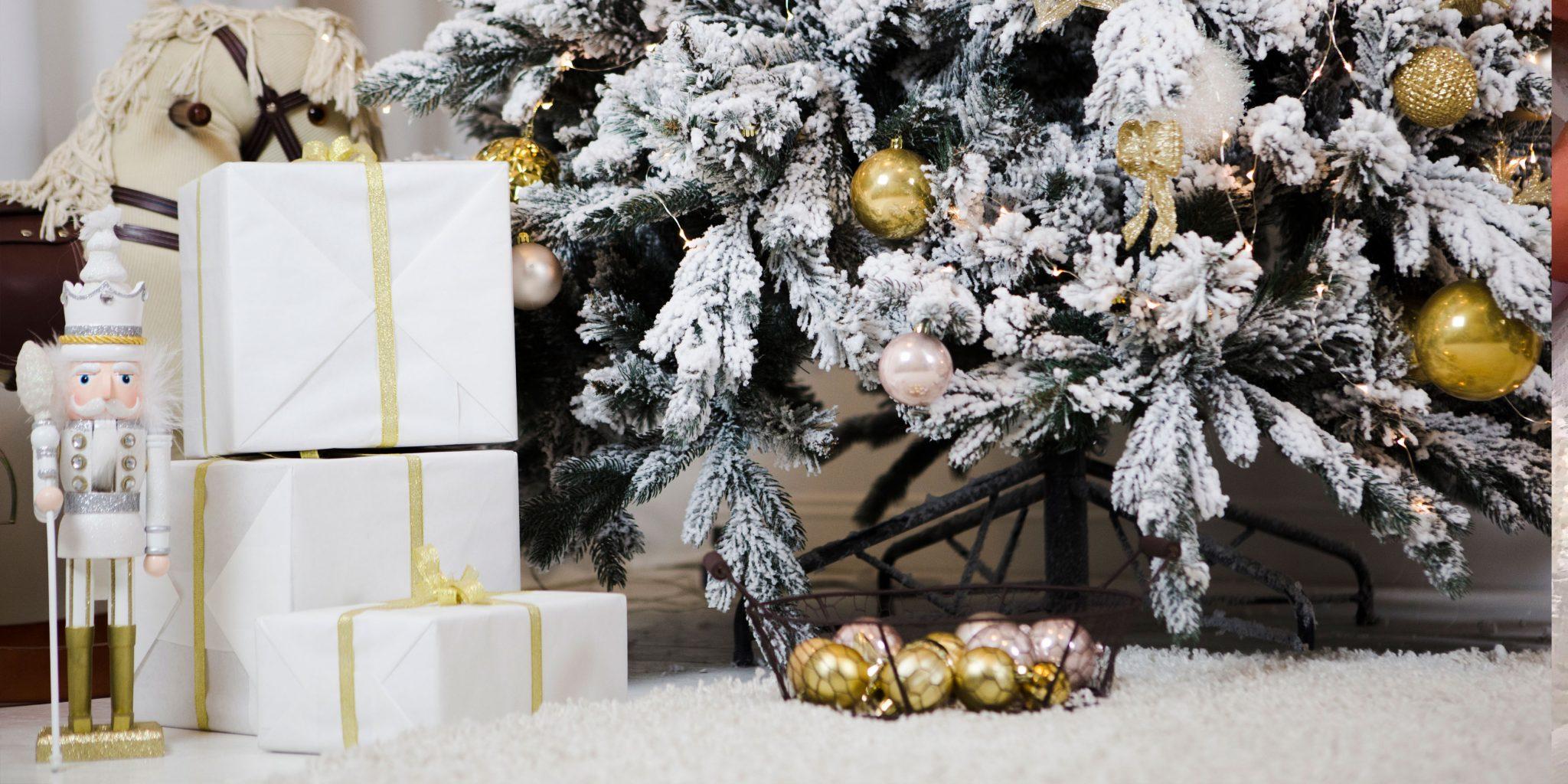 Картика подарков под ёлкой
