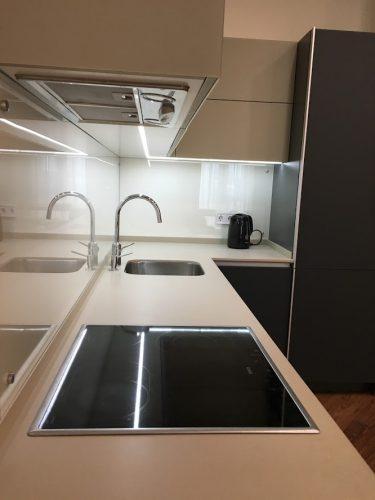 Изображение рабочей поверхности кухни из искусственного камня с фаской