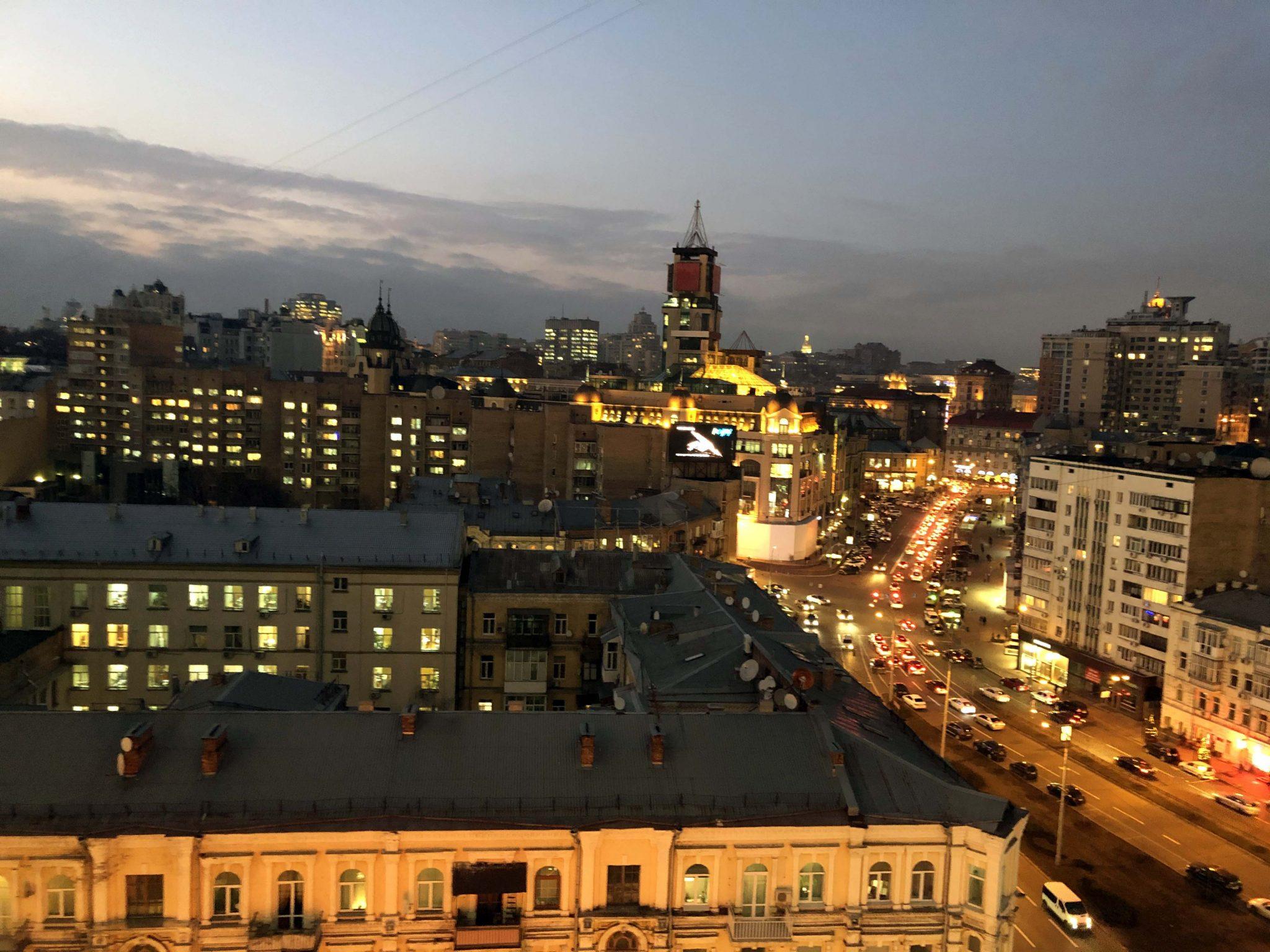 Картинка вечернего вида на Киев с террасы