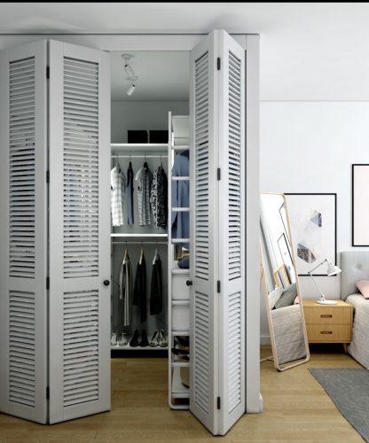 Картинка гардеробной комнаты с жалюзийными дверцами