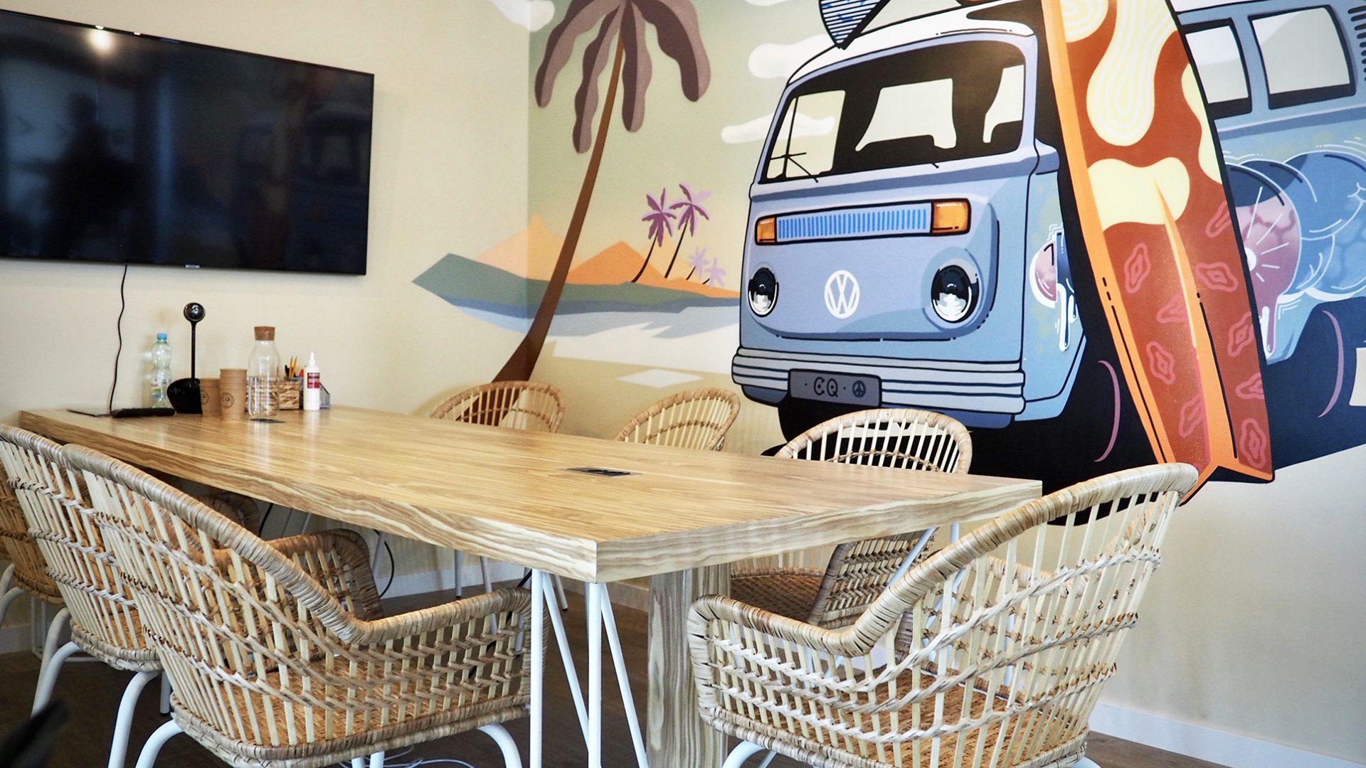 Картинка переговорной комнаты с граффити surf van