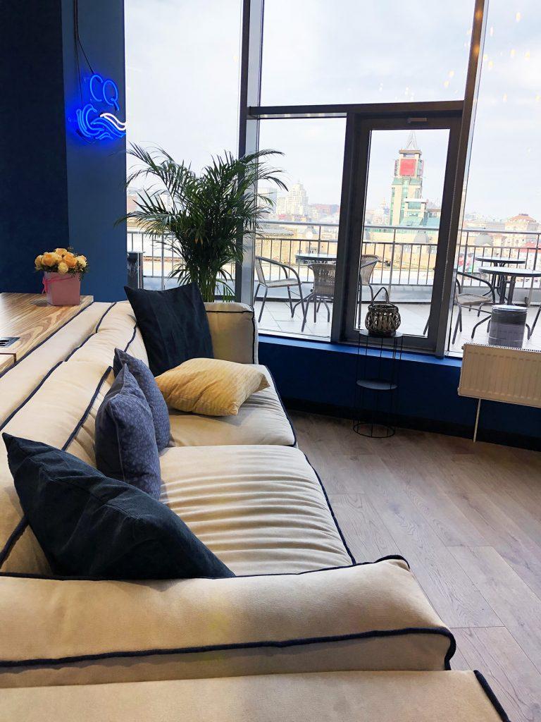 Картинка дивана и места для отдыха в креативном квартале